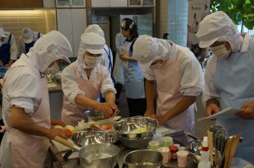 チームワークを活かして調理も順調に進みます