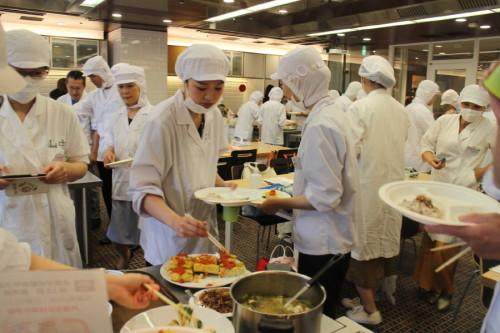 学校給食甲子園入賞献立を味わう楽しい試食会でした。