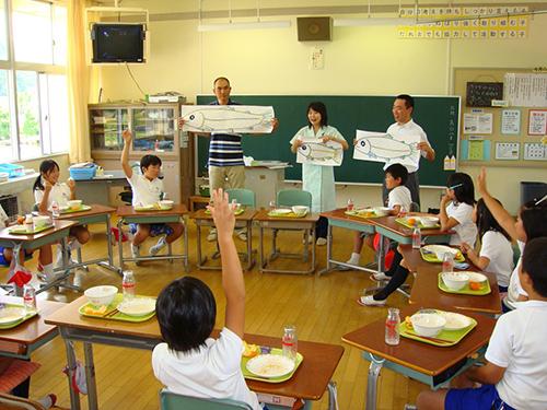 生産者の方が献立に使用した食材の話を給食の時間にしてくれました。子どもたちも目を輝かせて聞いています。 (岡山県真庭市立水田小学校 写真提供:岡山県栄養教諭 西村香苗先生)