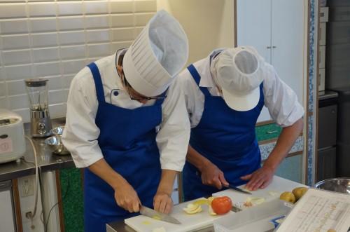 3種類のエプロンを変えながらの調理実習
